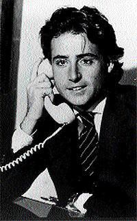 Matías atiende el teléfono en la redacci´n de 'La voz de Madrid' (1974)