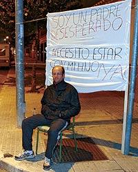 Un padrde protesta, en 2004, ante su antigua casa porque su mujer no le dejaba ver a su hijo. / FERNANDO RUSO.