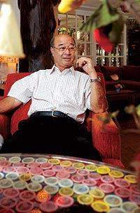 Mechai Viravaidya regenta ahora un restaurante en Bangkok con mesas manteladas de preservativos. / THIERRY FALISE