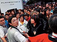 Tanto en Japón y en EE UU los aficionados hicieron cola durante días para hacerse con una de las pocas Playstation 3.