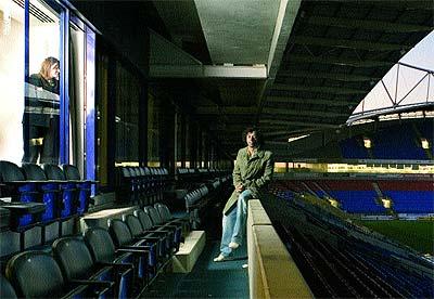El jugador donostiarra en la tribuna del Reebok Stadium, el estadio de su equipo, el Bolton inglés.