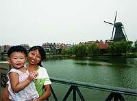 Una madre y su hija, frente a Holland Village, la copia de la urbe holandesa.