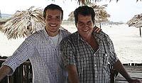 Los disidentes en libertad, como Oswaldo Payá (dcha.) con Pablo Casado, son estrecham,ente vigilados. / EL MUNDO