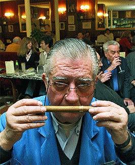 Alfonso González Pintor, vendedor de cigarros y lotería. / BERNABÉ CORDÓN