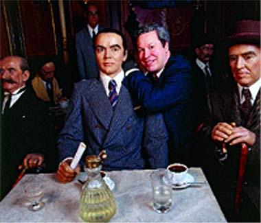 Pedro Correa apoya su brazo sobre la figura de García Lorca expuesta en el Museo de Cera de Madrid. El brasileño tiene una carta escrita por el poeta durante su estancia en Buenos Aires.