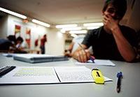Un estudiante prepara los exámenes de selectividad de la convocatoria de junio de 2006. / ANTONIO HEREDIA