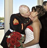 Renee tuvo que esperar a que Ty tuviera sus nuevos labios para poder besarle. / NINA BERMAN / REDUX