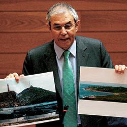 El presidente de la Xunta, Emilio Pérez Touriño, muestra en el Parlamento gallego don imágenes de dos cabos de Galicia. / CONCHI PAZ