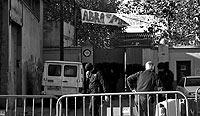 Un grupo de 'okupas' en el edificio que denominan La Makabra. / ANTONIO MORENO