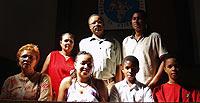 las familias Domingos Morais y Rodrigues Dos Santos en un momento de la misa del domingo en Bembibre.