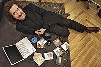Luis cobos, rodeado por un ordenador y discos, en la sede de la AIE. / JOSÉ AYMÁ