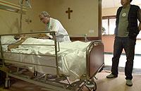 La posibilidad de pasar más tiempo con el enfermo terminal alivia tanto al paciente como a los parientes. /EL MUNDO