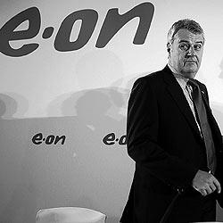 El presidente de E.ON, Wulf Bernotat, momentos antes de explicar los detalles de la nueva oferta. / CARLOS BARAJAS