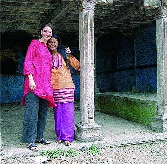 Las autoras, Asha miró y Anna Soler-Pont.