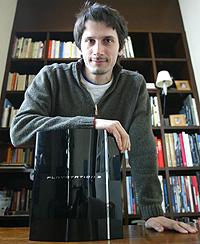 Gianni de Fabritiis con el procesador 'Cell' (Foto: Domènec Umbert)