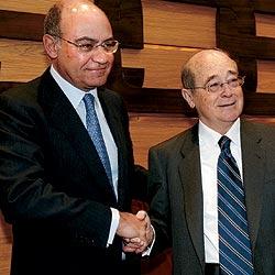 Gerardo díaz Ferrán estrecha la mano a José María Cuevas. / ALFONSO ESTEBAN