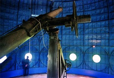 En el interior de la cúpula del Observatorio Astronómico de París se conserva un viejo telescopio que sirvió para medir el tiempo astronómico.