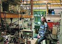 El investigador Daniele Rovera del BNM-SYRTE controla la estabilidad del láser que regula el reloj óptico atómico.