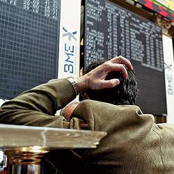 Un inversor, ante los valores bajistas. / JULIÁN JAÉN