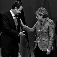 José Luis Rodríguez Zapatero, saludando a Angela Merkel, el pasado jueves en Bruselas. / EFE