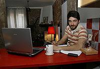 El actor, en su rincón de estudio y trabajo. / CARLOS MIRALLES