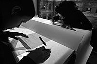 dos alumnas diseñan planos em ña Escuela Técnica Superior de Arquitectura y Geodesia de la Universidad de Alcalá. / JOSÉ AYMÁ