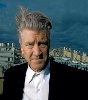 Lynch, con su característico tupé despeinado por el viento de París.