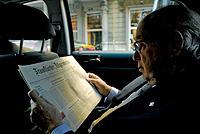 Durante el trayecto a su despacho, repasa la prensa internacional en el coche oficial.