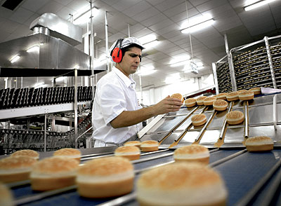 Una empresa, con plantas en Madrid y Barcelona, fabrica cada hora 40.000 unidades. Posteriormente se ultracongela y se envía a diario a cada restaurante.