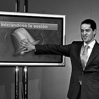 Enrique Bañuelos, durante el tradicional toque de campana de la Bolsa, el día en que salió a cotizar Astroc. / EFE