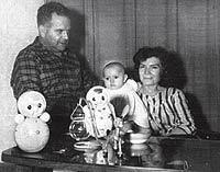 Con su mujer, Roquelia, y su hija Laura en su casa de Moscú.