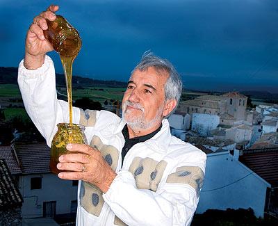 """La miel de romero de Pepe Loeches, productor musical, ganó el """"premio selección de oro"""" de la D.O de la Alcarria."""