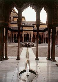 El Patio de los Leones es el más famoso de la Alhambra por la prfusión de sus elementos ornamentales.