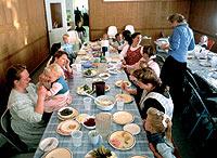 El comedor de la casa familiar parece el de un gran establecimiento hotelero. Por él, pasan tres veces al día, los 126 miembros de la familia Blackmore.