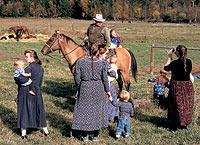 De rodeo. Winston Blackmore, a caballo, posa para la cámara de una de sus esposas. Sus 22 mujeres visten faldas hasta los tobillos y camisas con el cuello cerrado.