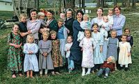 Seis de las 22 esposas de Winston Blackmore junto a 18 de sus hijos.