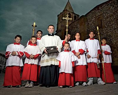 Para el párroco de Alange (Badajoz), la vestimenta es fundamental para la liturgia.