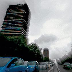Edificio del BBVA en la zona de Azca, en el centro de Madrid, que el banco va a poner a la venta. / JOSÉ AYMA