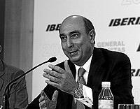 El presidente de Iberia, Fernando Conte, en la rueda de prensa tras la junta de accionistas de la compañía. / JOSÉ AYMÁ