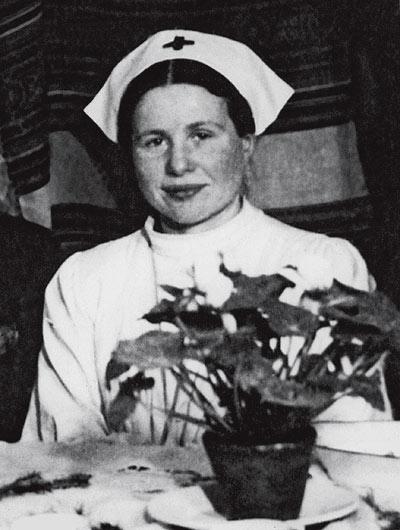 Ayer. Irena Sendler posa sonriendo con uniforme de enfermera durante el levantamiento de Varsovia, en 1944.