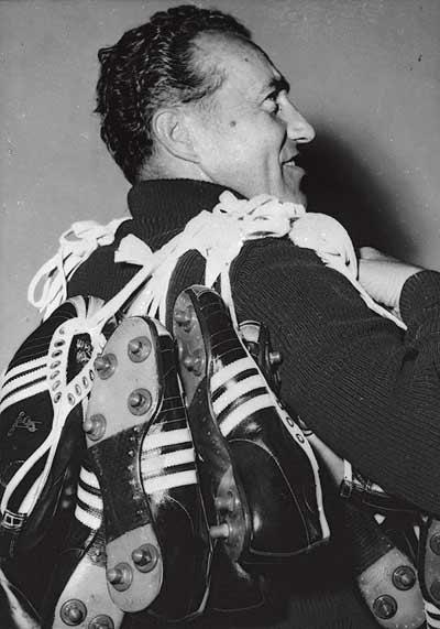 Petate. Adolf Dassler porta botas para los futbolistas alemanes en el Mundial de Suiza 1954.