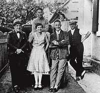 Aún se hablaban. Rudolf (izqda.) y Adolf (centro), con el resto de hermanos.