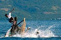 Instante en el que, tras un golpe del animal, la barca vuelca cayendo los pescadores entre los arpones.