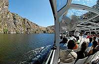 Una de las maneras de disfrutar de las laderas del río Duero es en barco. / HEINZ HEBEISEN