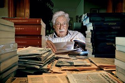 Gran lector. Rodeado de libros. Así es la vida de este profesor jubilado que a sus 84 años aún continúa investigando y publicando.