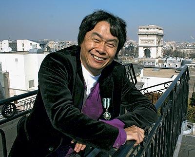 """""""Parisino"""" feliz. En el ático de un hotel en París, Miyamoto luce en la chaqueta la Legión de Honor concedida por el Gobierno francés."""