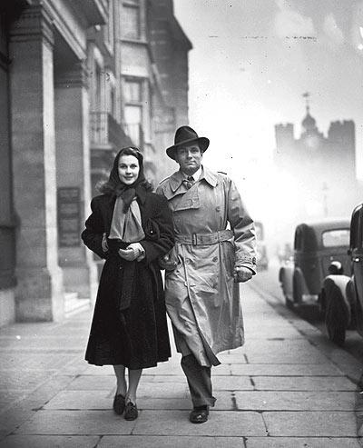 """Matrimonio. La estrella pasea en 1941 con su esposa, Vivien Leigh, después de ver """"Dear Brutus"""" en un teatro londinense."""