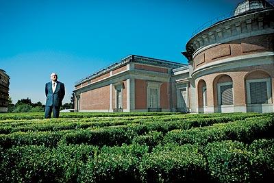 EN LA AMPLIACIÓN DEL PRADO. Plácido Arango, 77 años, en el nuevo jardín de boj de la pinacoteca madrileña.