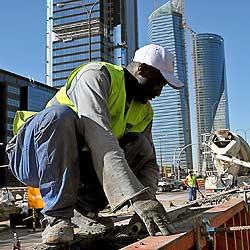 Obreros inmigrantes de la construcción, trabajando en un obra en el Paseo de la Castellana de Madrid. / ANTONIO HEREDIA