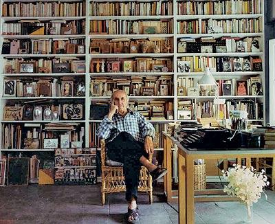 El coleccionista entre su obra. En la biblioteca de su casa en Cuenca, repleta de objetos.